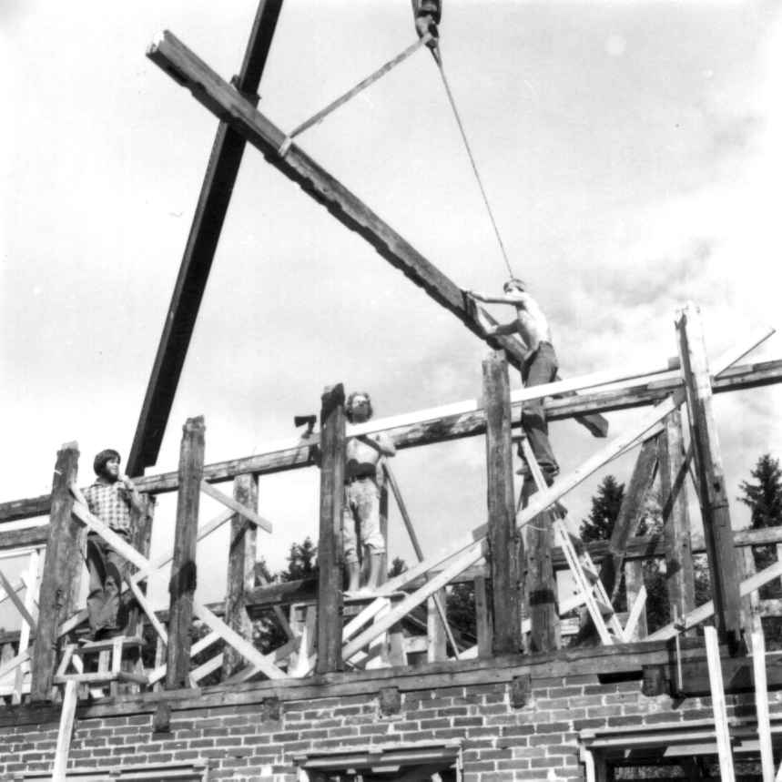 På friluftsmuseet, Gamlebyen. Opplegging av sviller og bjelkelag til hus fra Rødfyllgata 12. Sommeren 1979.