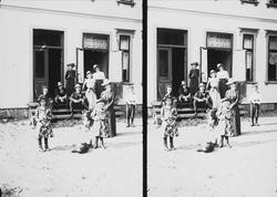 Gruppefoto foran våningshuset på Nedre Digerud, Frogn, Akers
