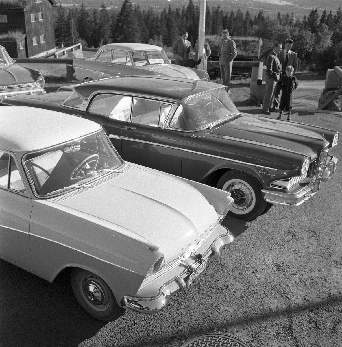 Serie. Bil. Ford Edsel og Taunus 17M. Fotografert september 1957.