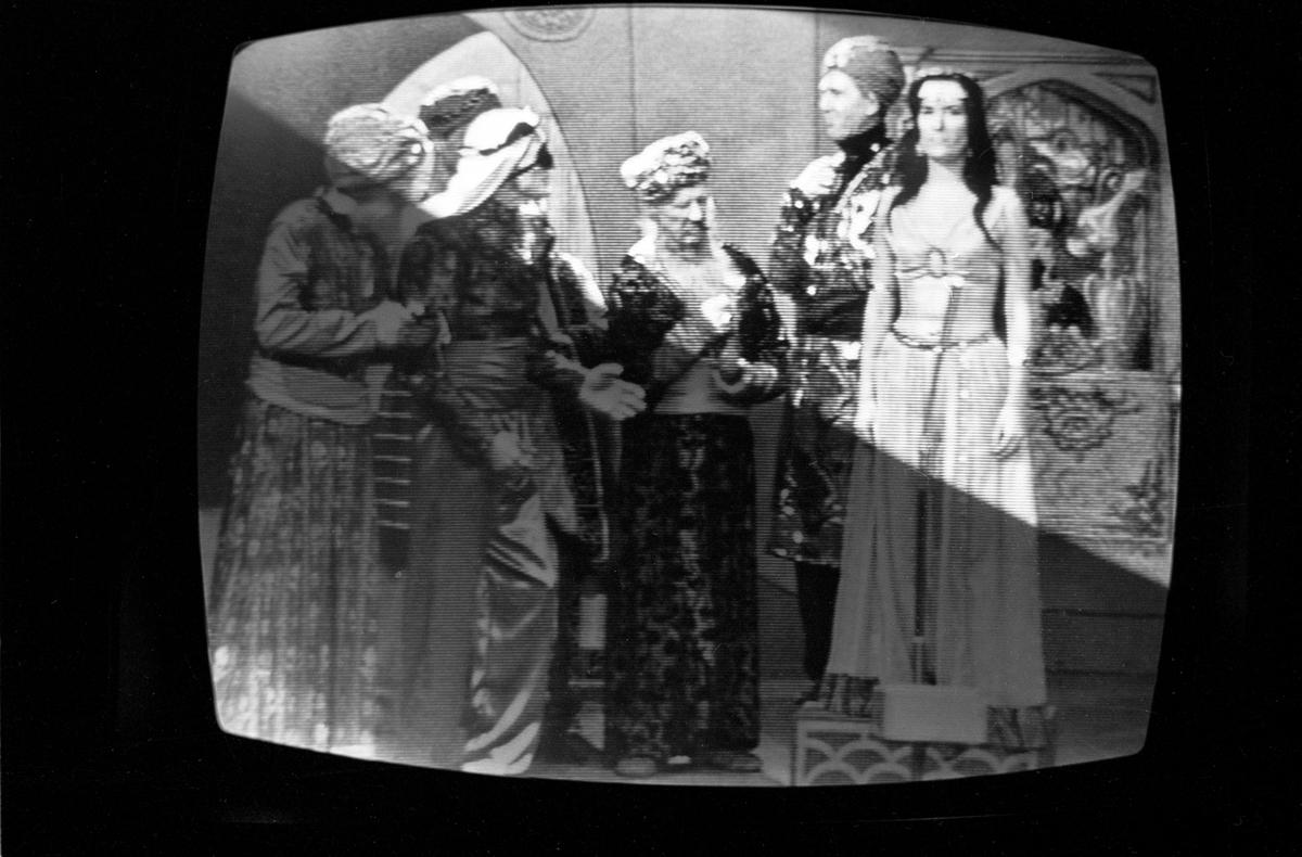 """Fra NRKs fjernsynsprogram """"Kvitt eller dobbelt""""  i oktober 1966. En teaterscene fra emnet """"1001 natt"""" . Avfotografert fra fjernsynet."""