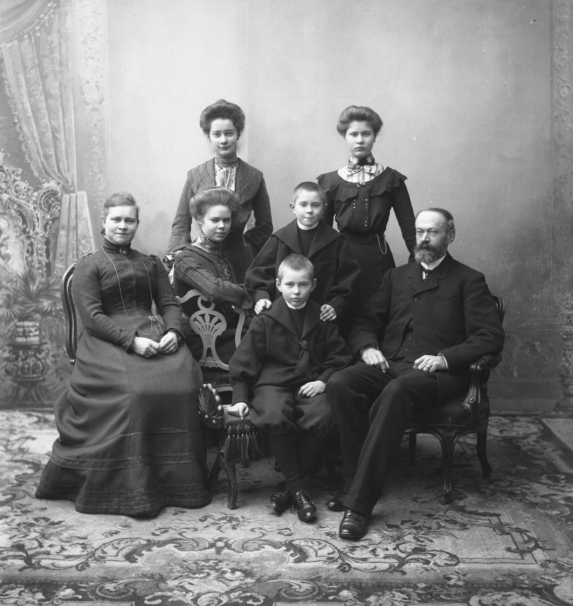 Gruppe, ektepar med fem barn. Professor Legaard