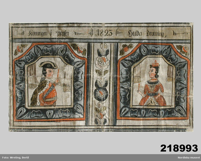 """Huvudliggaren: """"Dalmålning, papp; inskr.: 'Konungen i Prysen' // '1832' // 'Hulda Drottning.' I[nköpt] 3/7 1939 från sekreteraren Allan Broomé, Stockholm, jämte 218.992 [...] som köpt dem i antikhandeln."""""""