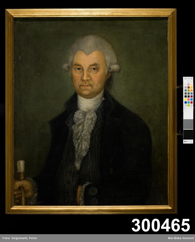 Porträtt, midjebild, av man med vit peruk, mörk rock och kråsskjorta.