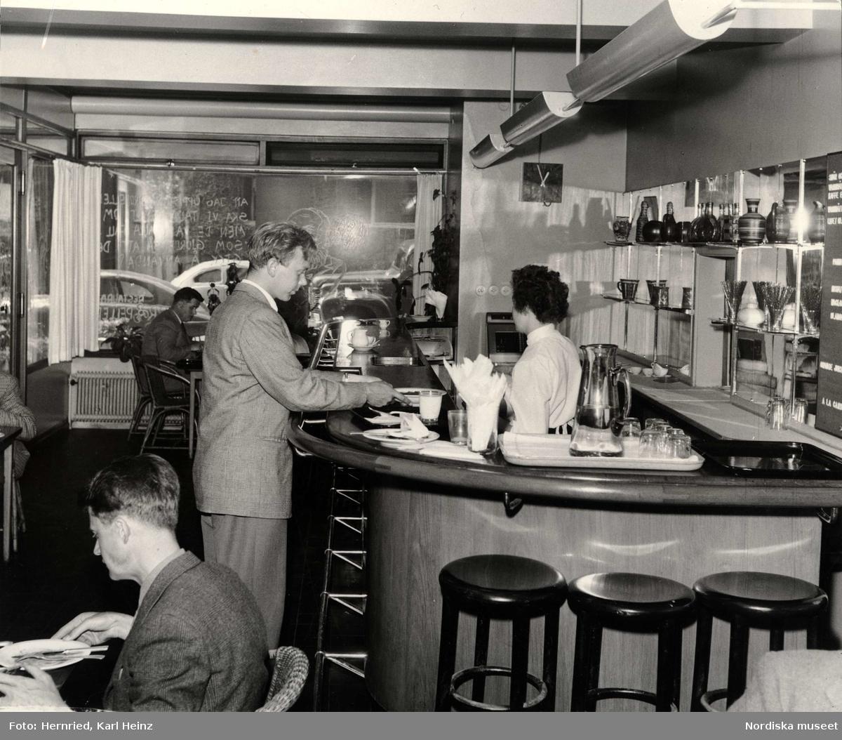 Bar Salzer, John Ericssonsgatan 6, Kungsholmen i Stockholm. Interiör med människor vid bardisk