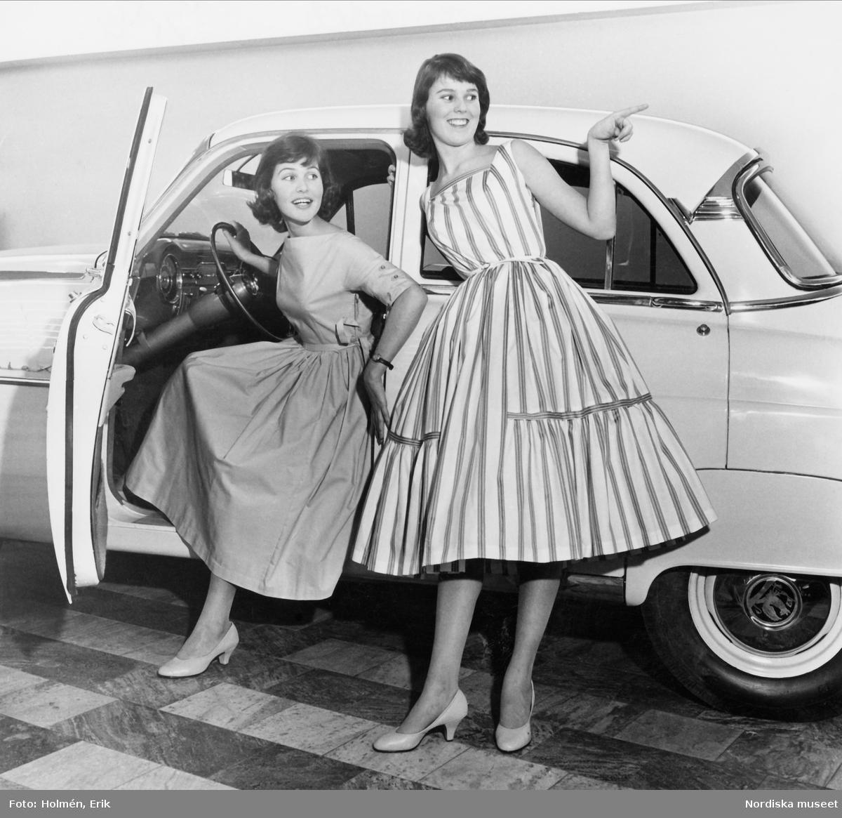Tonårsmode, Nordiska Kompaniet. Två modeller i klänningar vid bil.