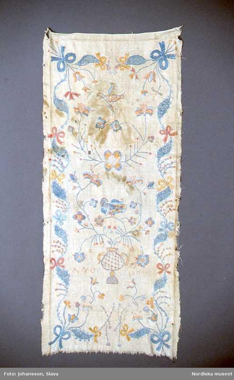Broderat hängkläde från 1806.