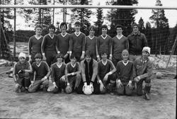Storuman 1982. Bar i centrum, matgäster. Fotbollsmatch och å