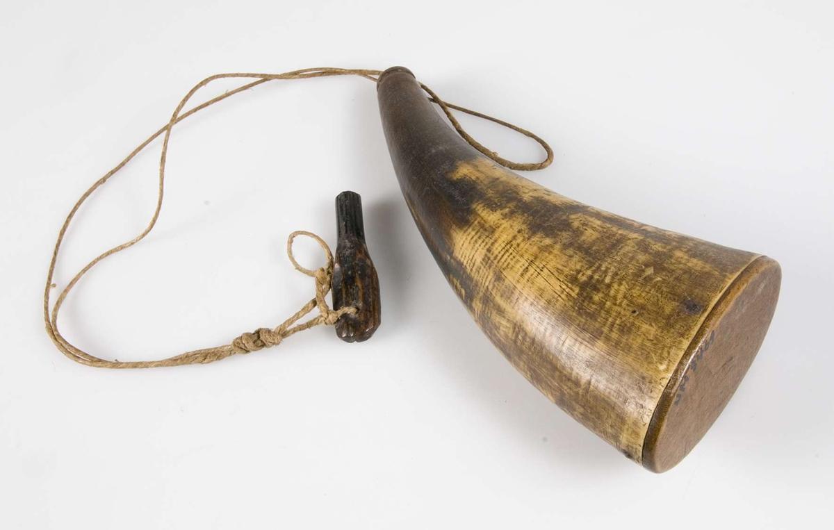 Kruthorn, gulbrunt horn. Helt slätt med botten och propp av trä.