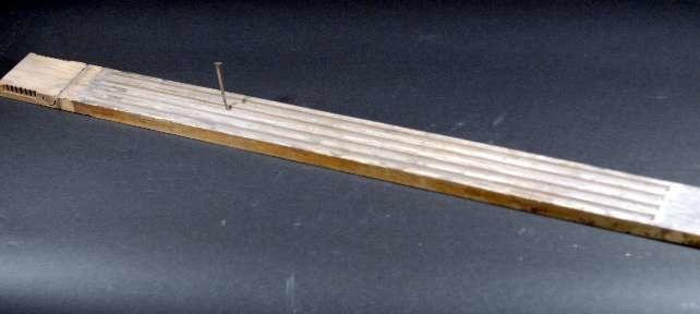 Kanelerad pilaster av trä till byrå eller dylikt.