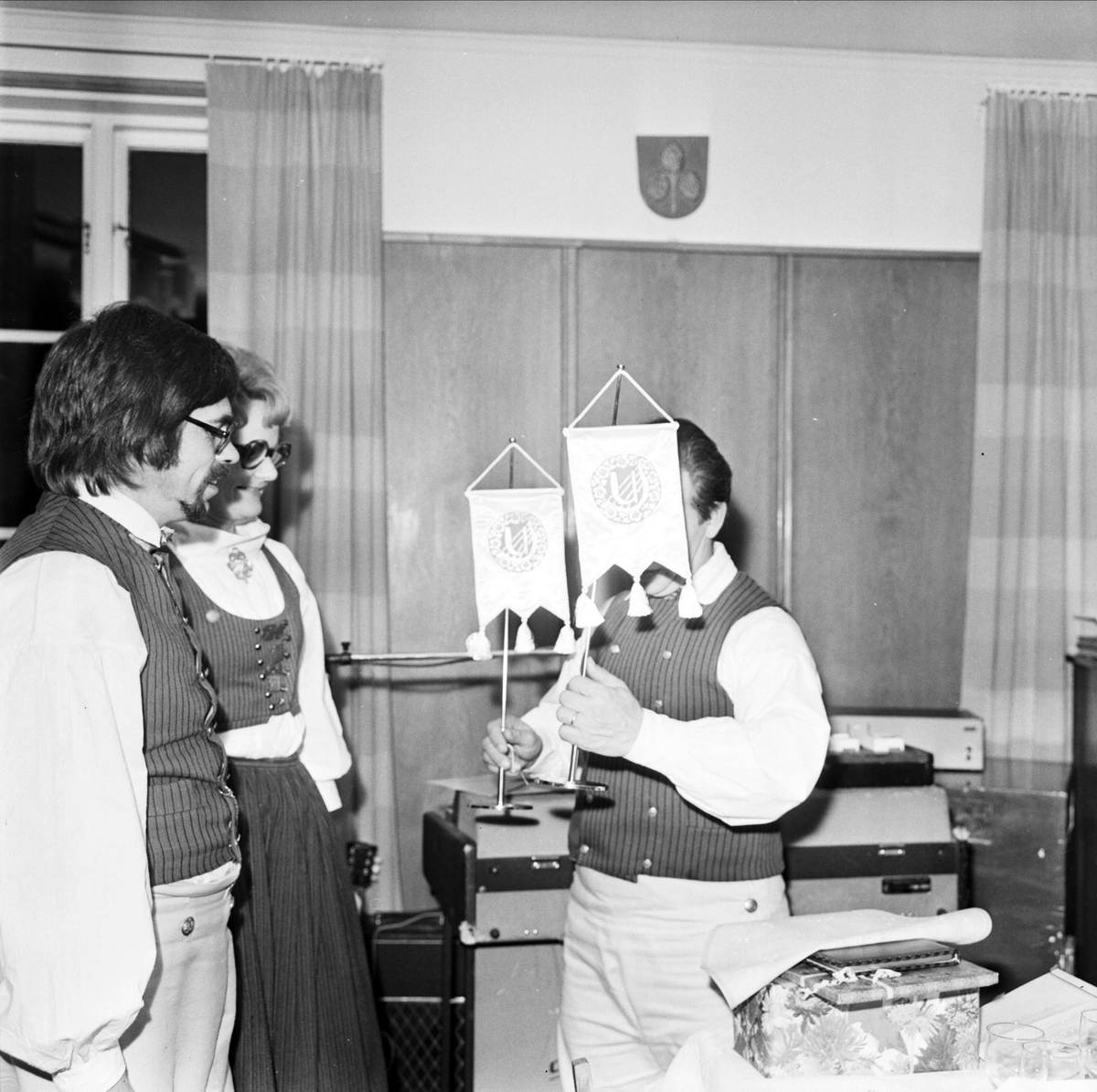 """""""Strömsbergsbor har nigit och kutat runt i 20 år"""", Strömsbergs bruk, Tolfta socken, Uppland oktober 1973"""