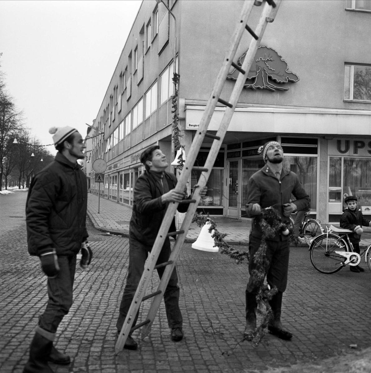 Julskyltning - uppsättning av girlanger, Tierp, Uppland 1966
