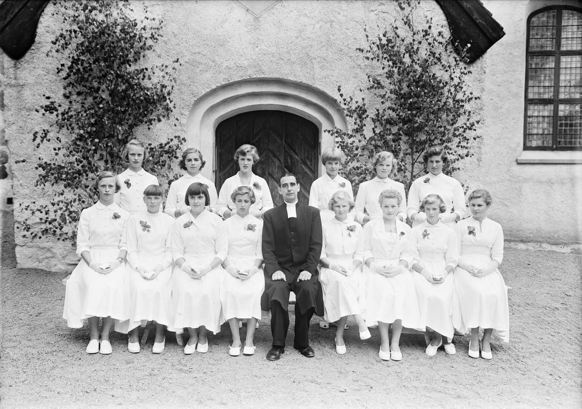 Konfirmander och präst, Balingsta kyrka, Balingsta socken, Uppland juli 1953