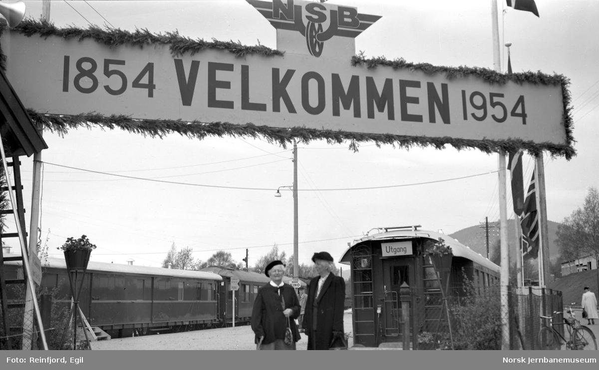 NSBs utstillingstog for 100 års-jubileet på Lillehammer stasjon