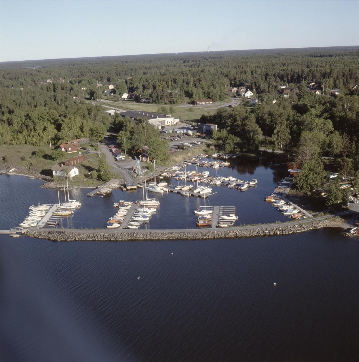 Vy över småbåtshamnen i Hargshamn, Hargs socken, Uppland juli 1989