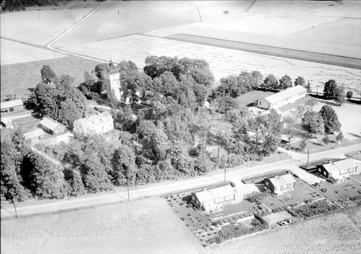 Flygfoto över Balingsta kyrkomiljö, Balingsta socken, Uppland 1958