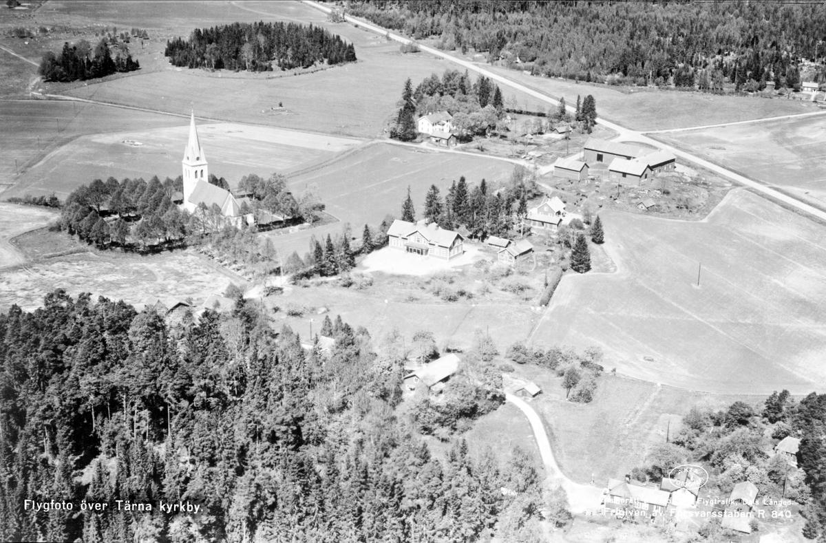 Flygfoto över Tärna kyrka och Tärna skola, Tärna socken, Uppland 1955