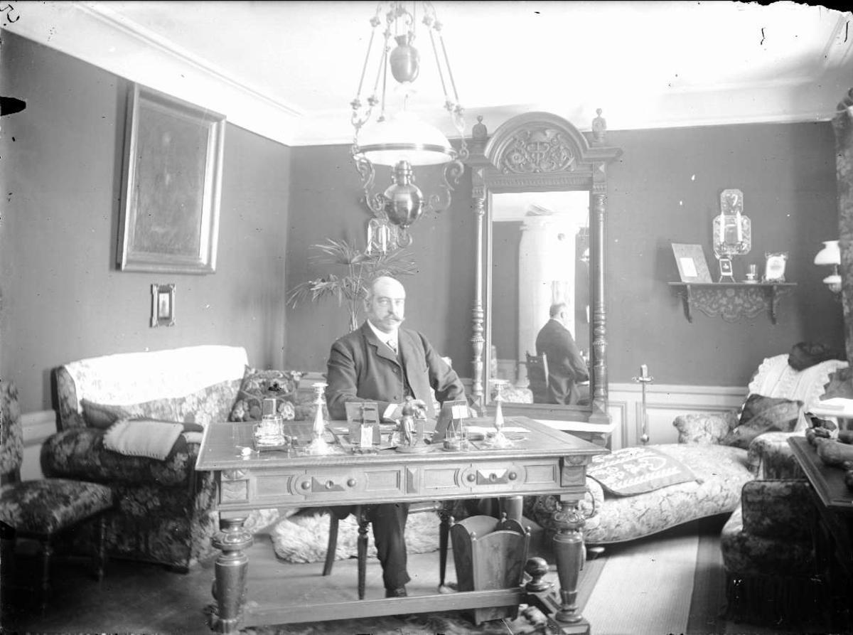Man i hemmiljö, sannolikt på Hallkveds herrgård, Funbosocken, Uppland