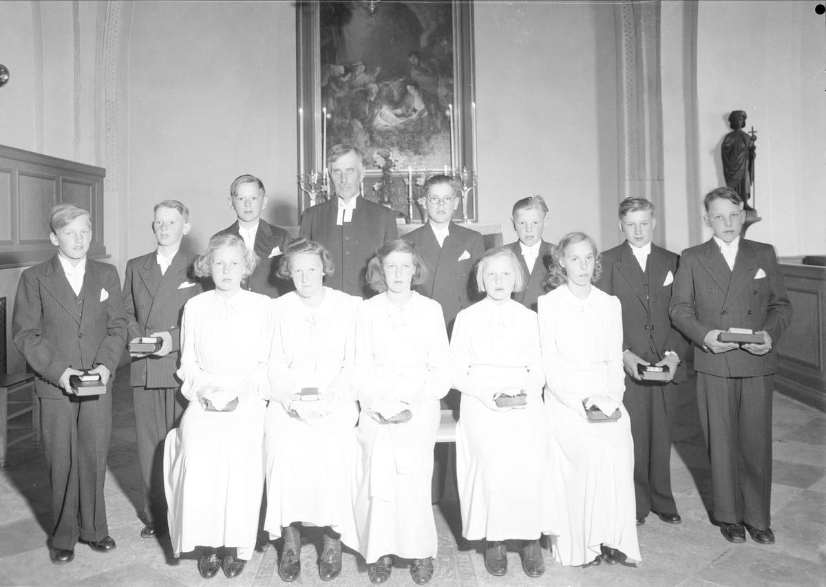 Grupporträtt - konfirmander och präst i Vänge kyrka, Uppland 1940