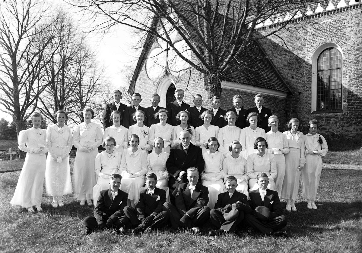Konfirmander och präst utanför Vendels kyrka, Vendels socken, Uppland 1942