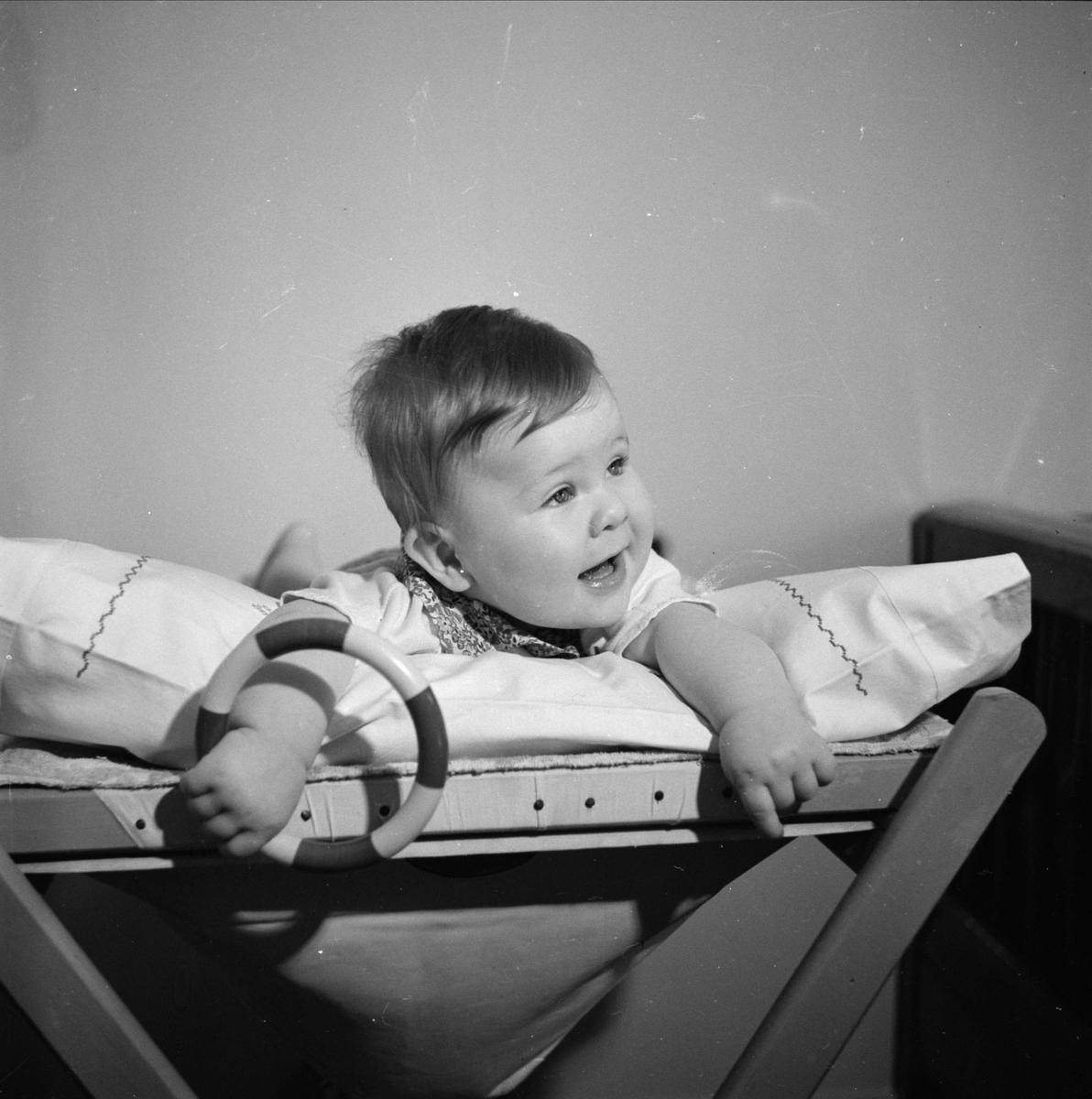 En liten flicka fotograferad i hemmet på Åsgränd i Uppsala 1941