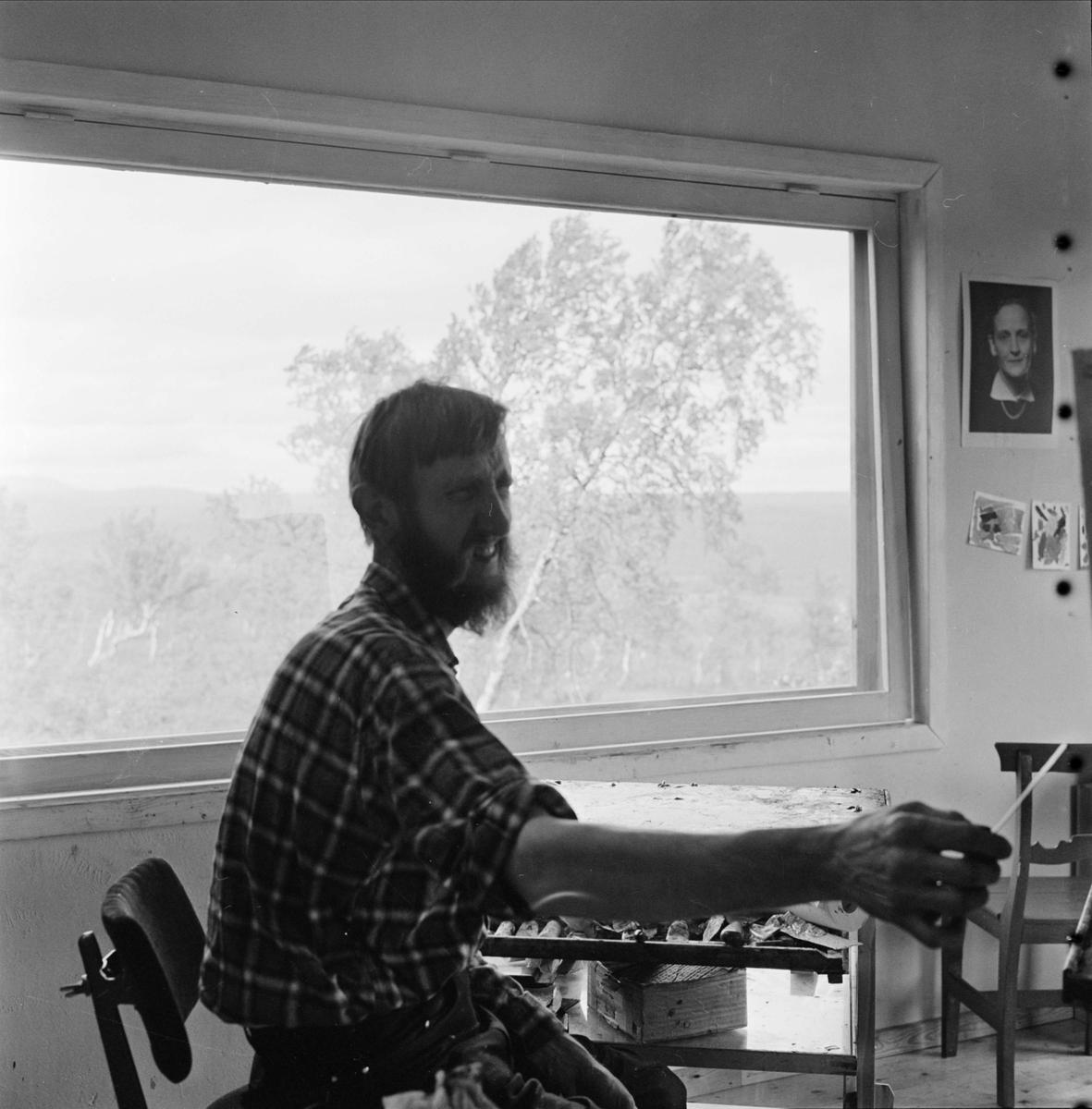 Konstnären Ragnar Johansson i sin ateljé i Härjedalen