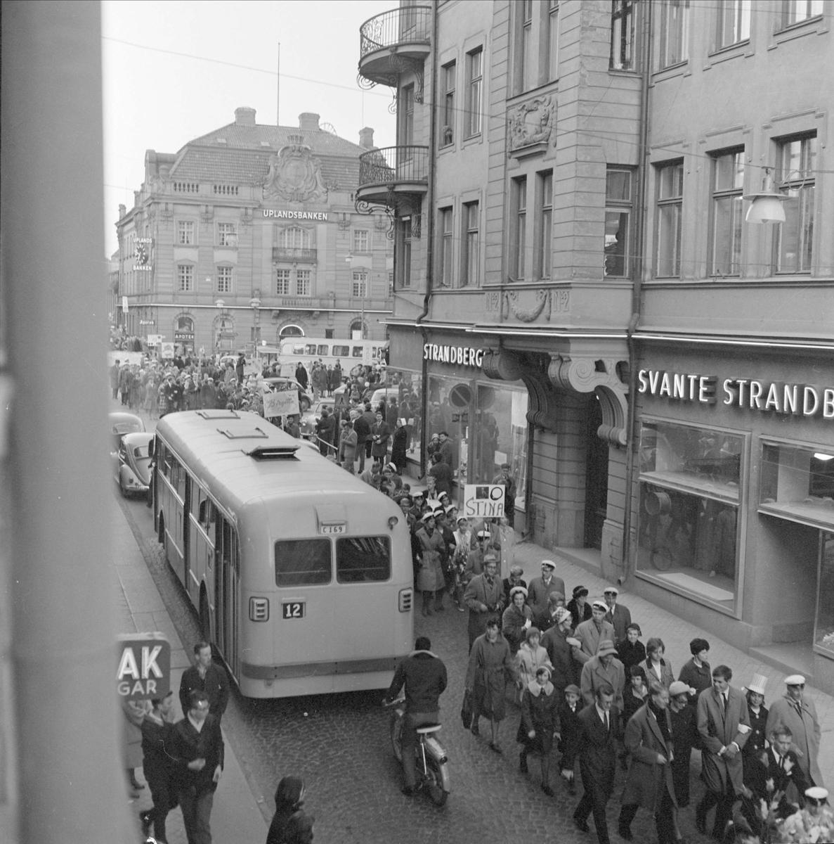 Drottninggatan vid Svante Strandbergs sybehörsaffär i kvarteret Näktergalan, Dragarbrunn, Uppsala i april 1962