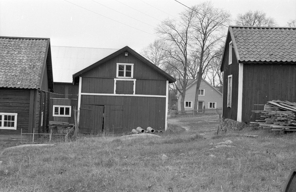 Lada, lider, bryggstuga och vedbod, Knivsbrunna, Danmarks socken, Uppland.