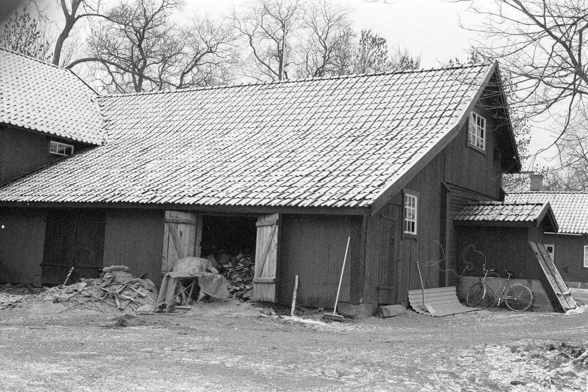 Uthuslänga med tillbyggd vedbod, Hagby prästgård (S:1), Hagby, Hagby socken, Uppland 1985