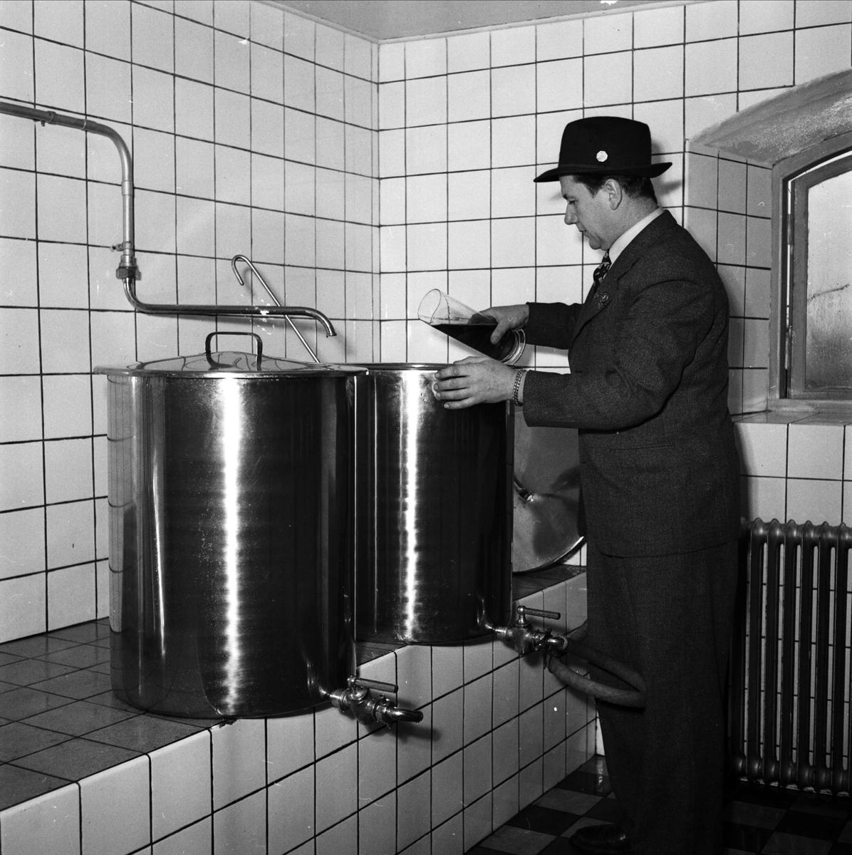 """Mejeri blev bryggeri"", Storvreta Bryggeri, Rasbo, Uppland 1951. Sannolikt ägaren Rune Andersson i laboratoriet"