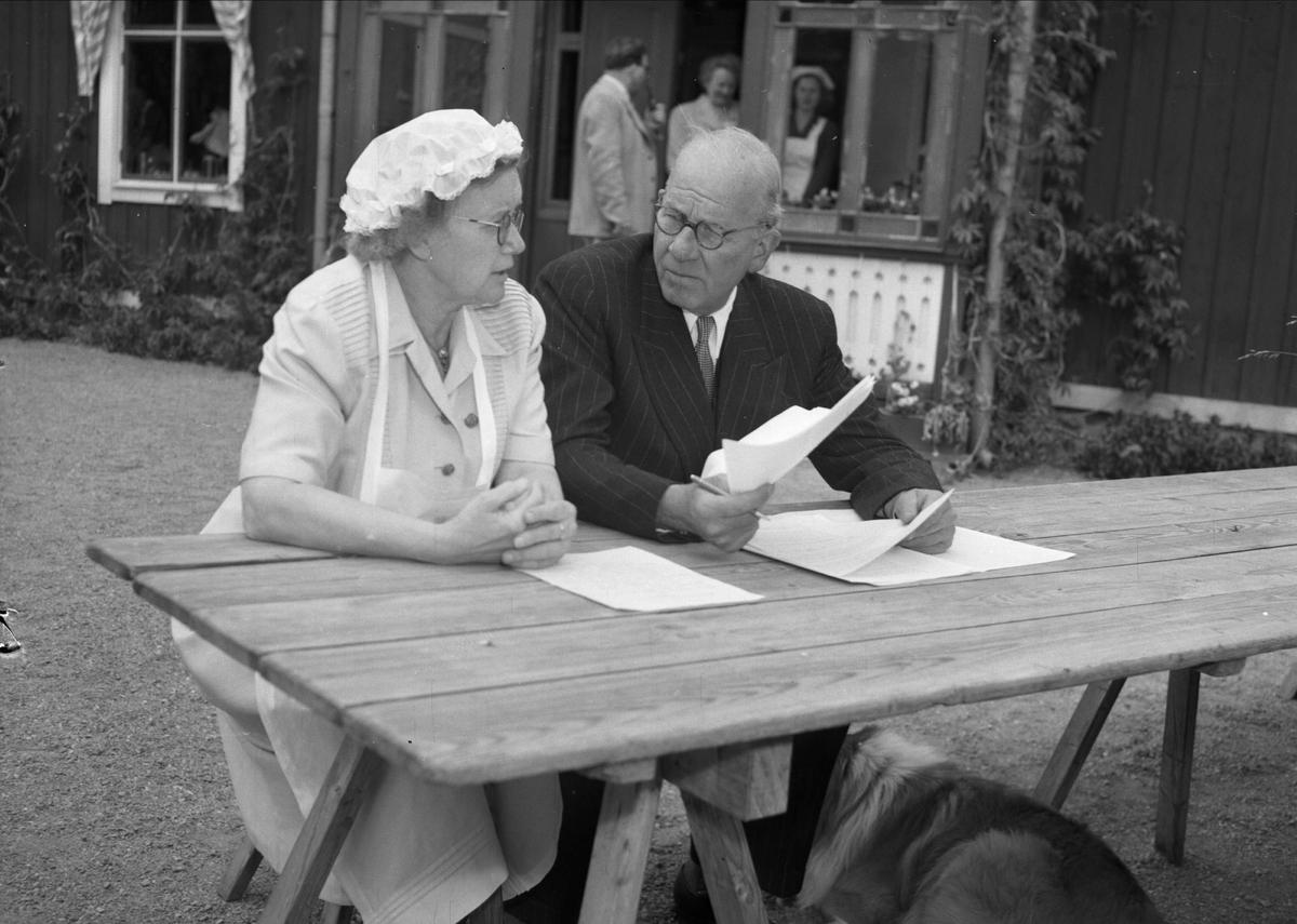 Avslutning på Kumlans Lanthushållsskola, Tensta socken, Uppland 1951 - rektor Elsa Lundell och sekreterare Nystedt samtalar