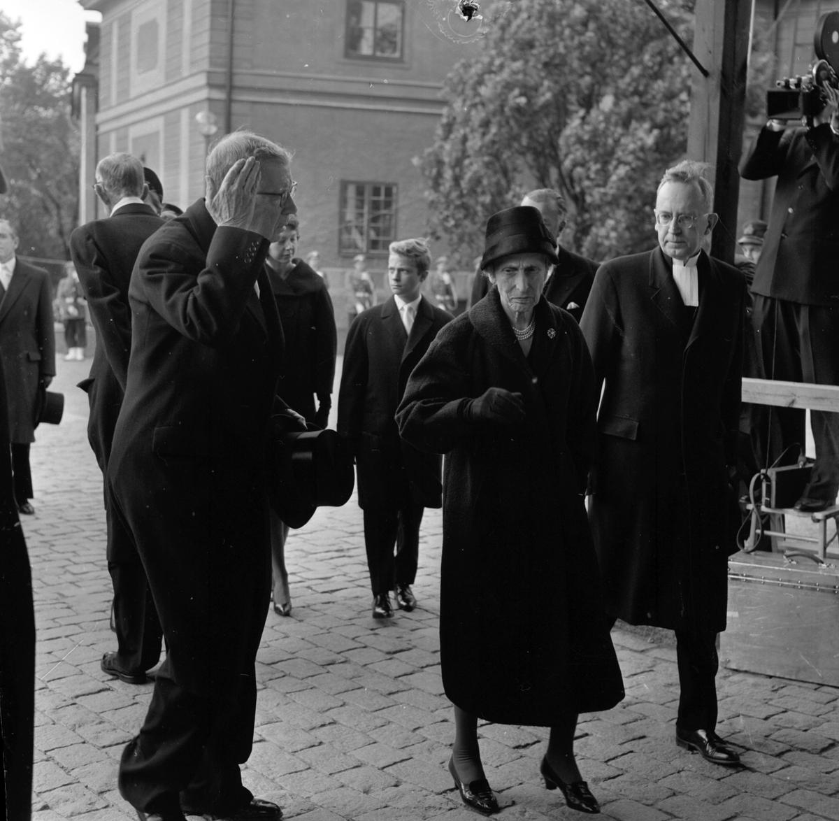 Dag Hammarskjölds begravning. Utanför Uppsala domkyrka före jordfästningen. Kung Gustaf VI Adolf och drottning Louise på väg in i kyrkan. Uppsala 29 september 1961