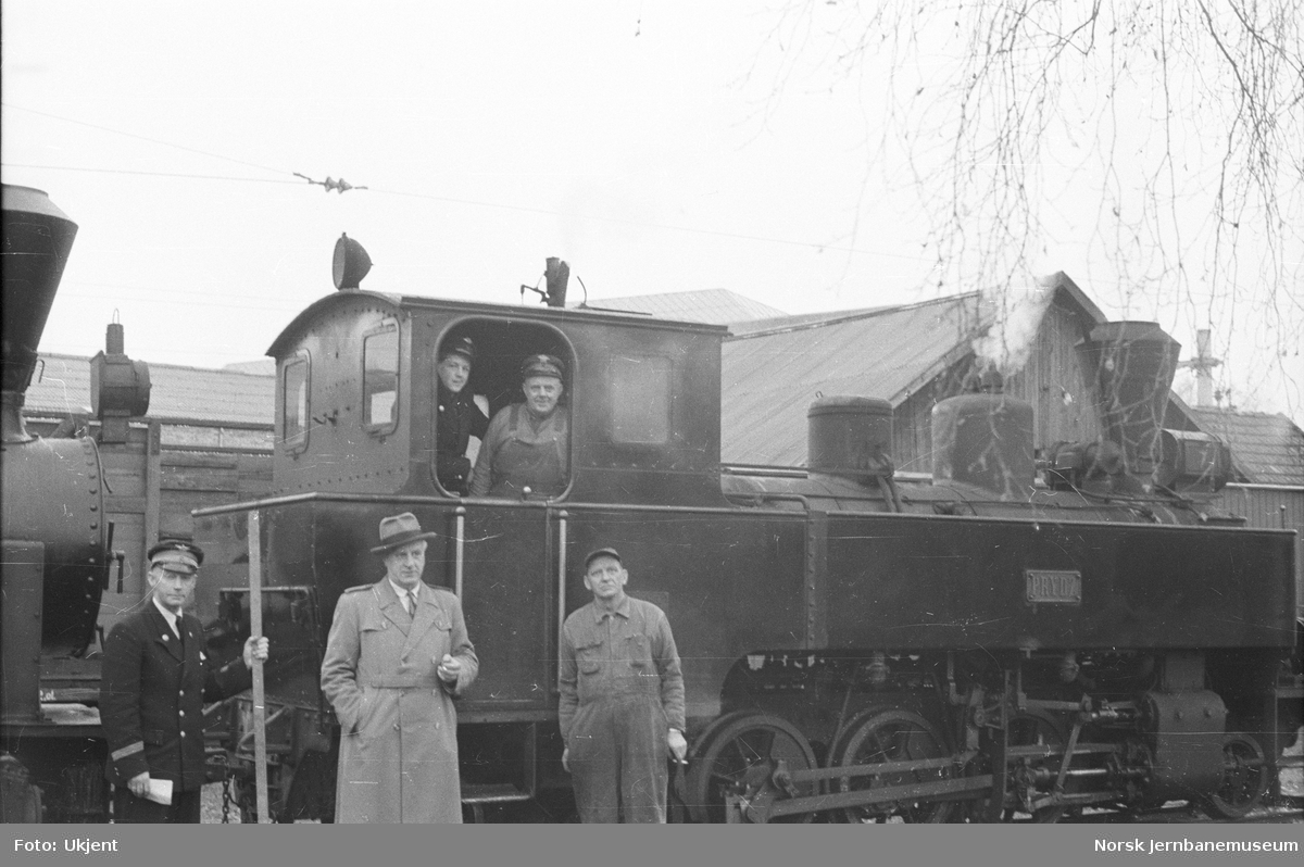 """Damplokomotivene """"Prydz"""" og """"Urskog"""" med tre NSB-ansatte"""