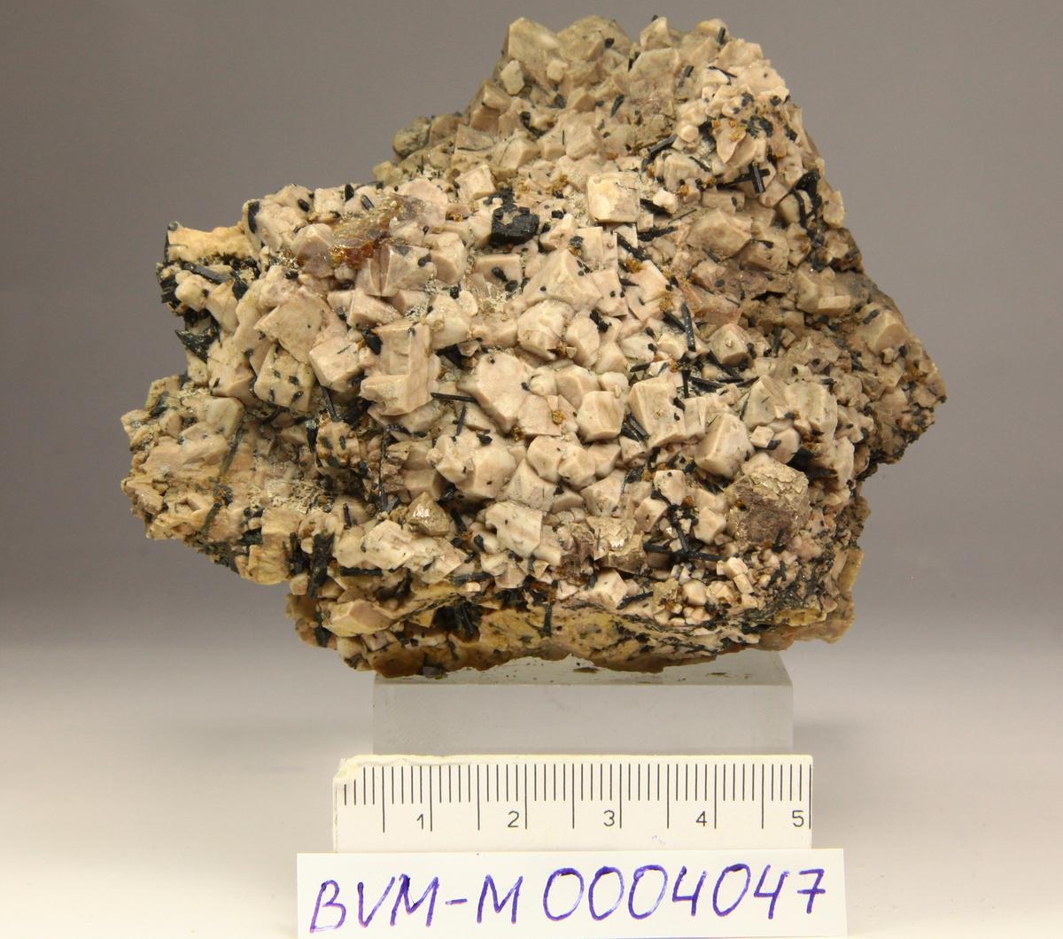 Monazitt (Ce), varmbrun translucent plateformet bruddstykke, med zirkonpåvekst, mikroklin, ægirin, +?, kvarts.