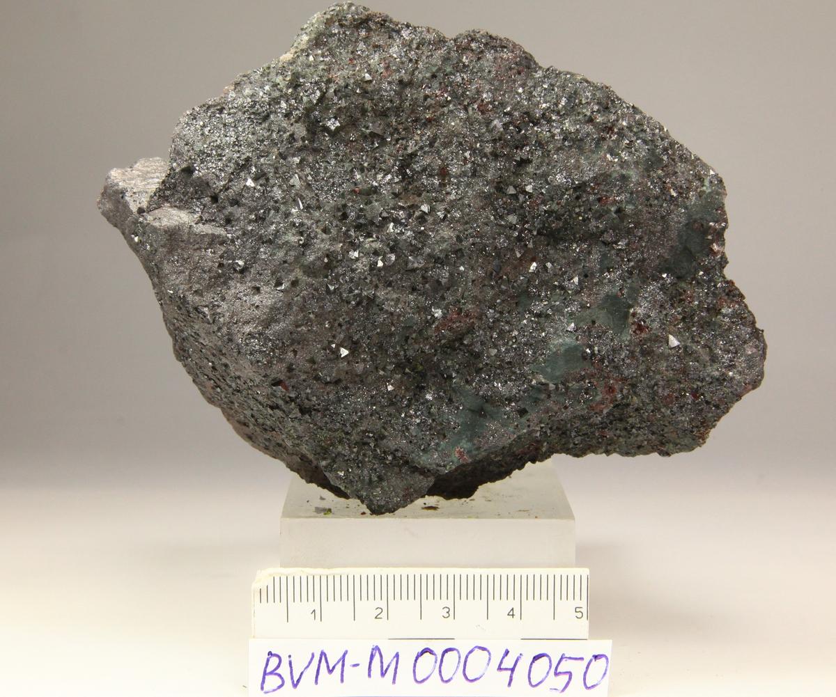Magnetittkrystaller (mikrooktaedre) i hematitt, Kvarts, kloritt.Dale, Sandnes, nær grense mot Gjesdal?