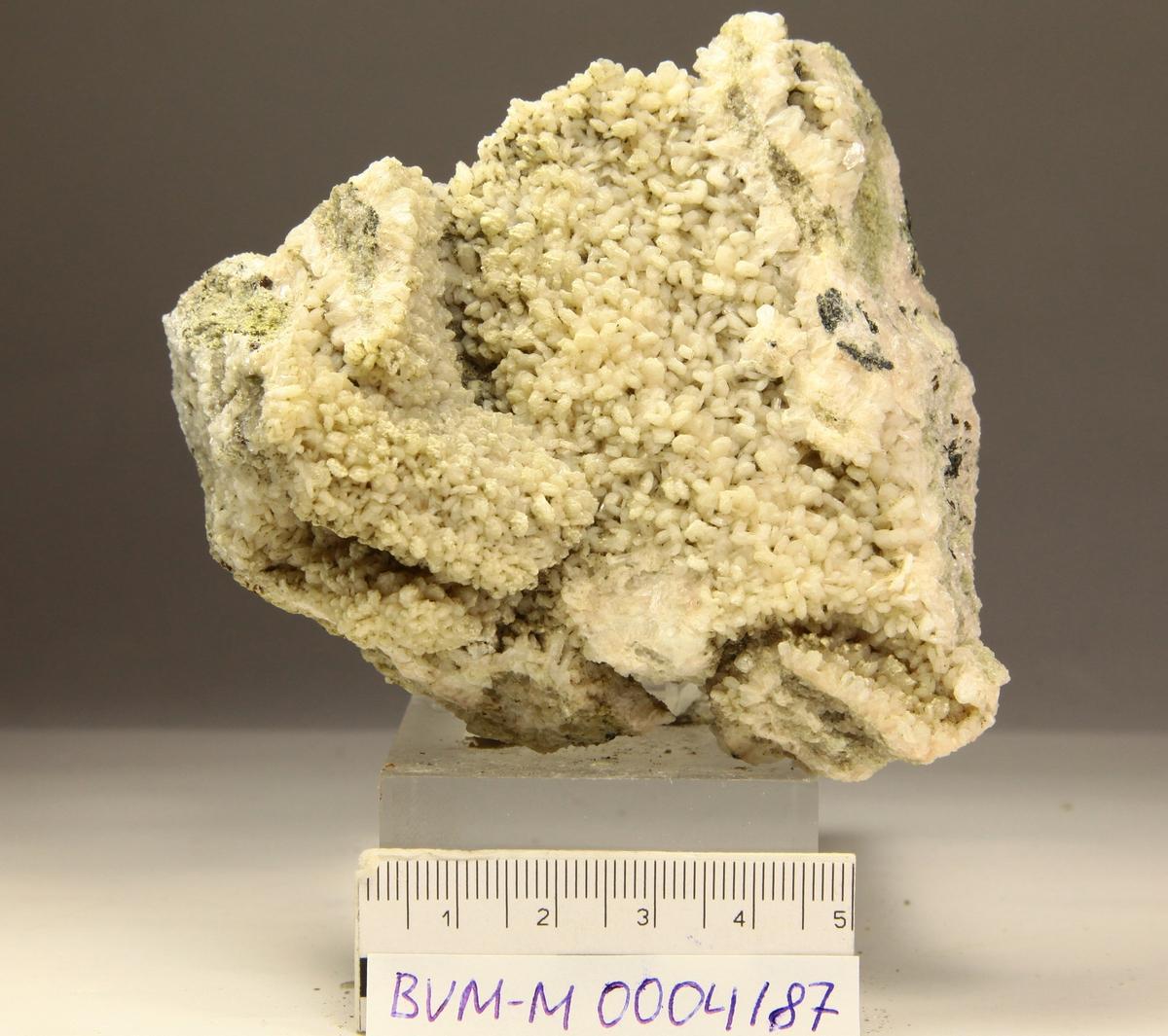 Stilbitt, hvite små krystaller. På kvarts, kloriytt + sort mineral.