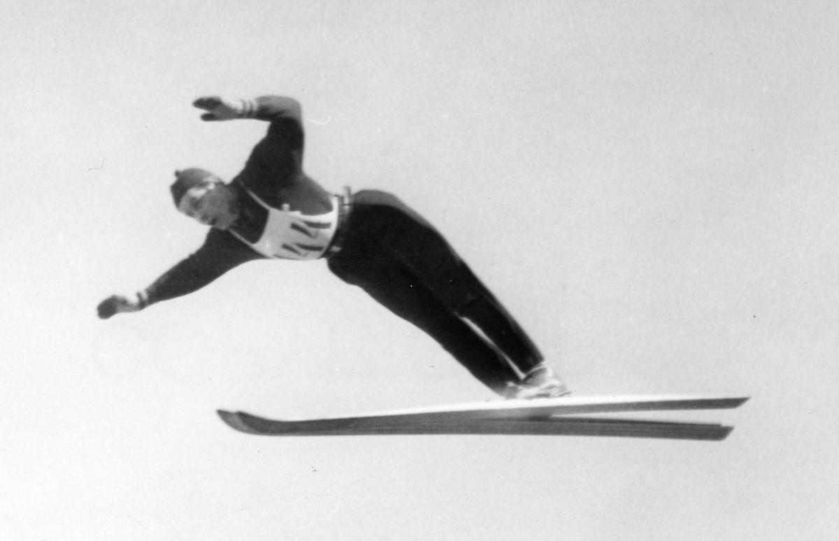 Vidar Lindbo Hansen i svevet. Kongsberg ski jumper Vidar Lindbo Hansen in action.