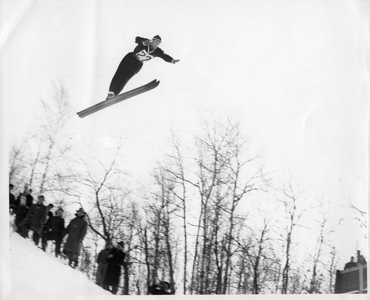 Petter Hugsted i hoppkonkurranse i Wisconsin 1949. Petter Hugsted in the air during a jumping competition in Wisconsin in 1949.