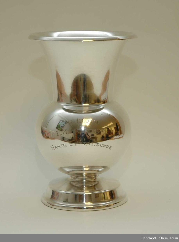 Pokal, vase. Sølv, mrk 830S og vekt. fylt stett. Innskrift: 1. PR. 10000M E.M. Hamar 1948. Hamar Stiftstidende.