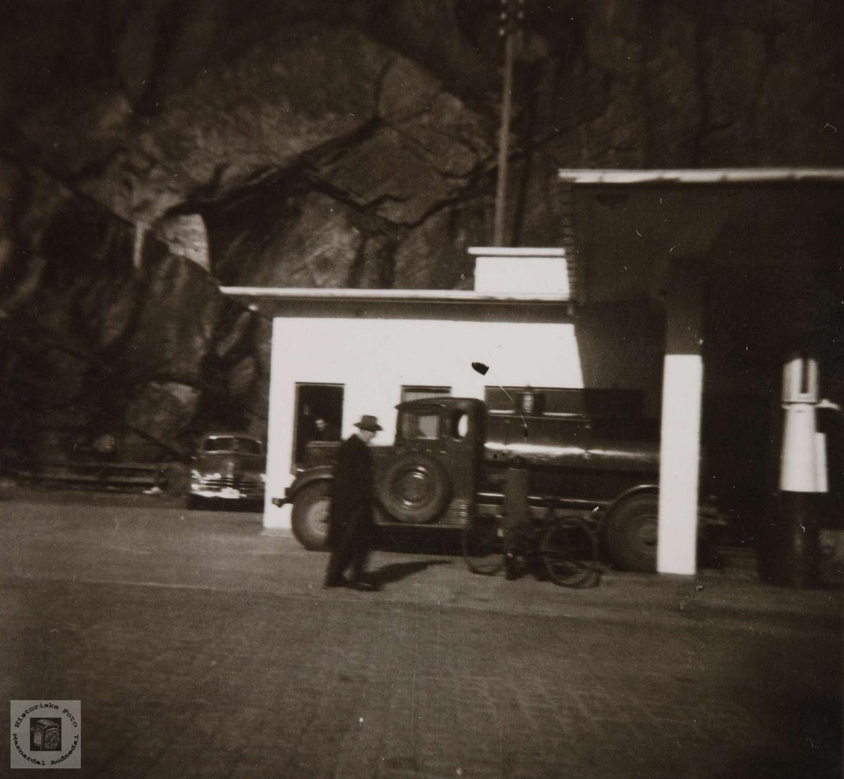 Gammel tankbil ved Esso stasjonen i Mandal sentrum.