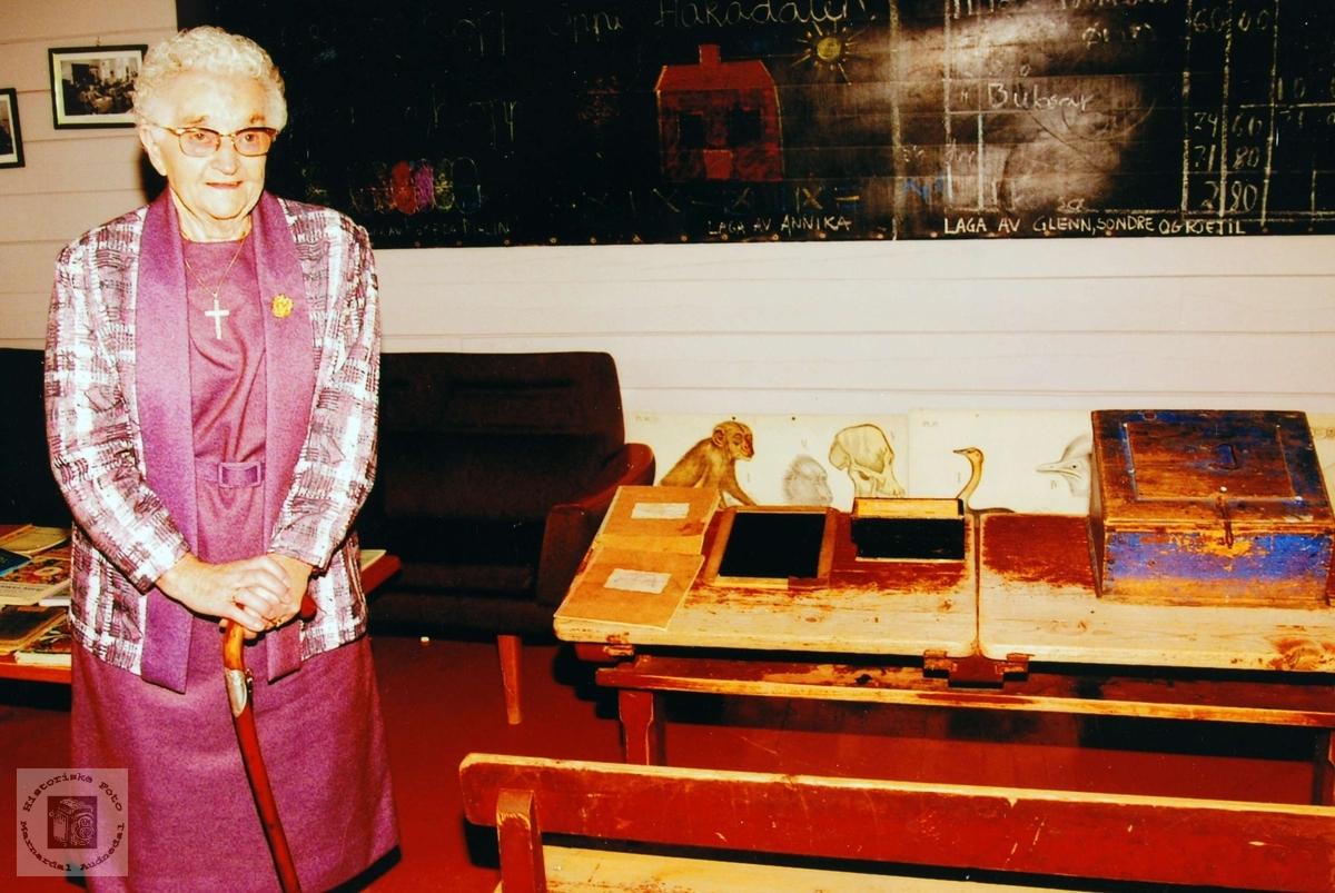 Olga Frøysland, som ein av dei eldste av tidlegare elevar på Sveindal skulehus ved samlingen i 2002. Grindheim.