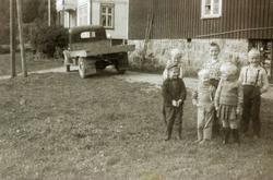 Samling på tunet på Voddan, Ytre Øydna i Grindheim.