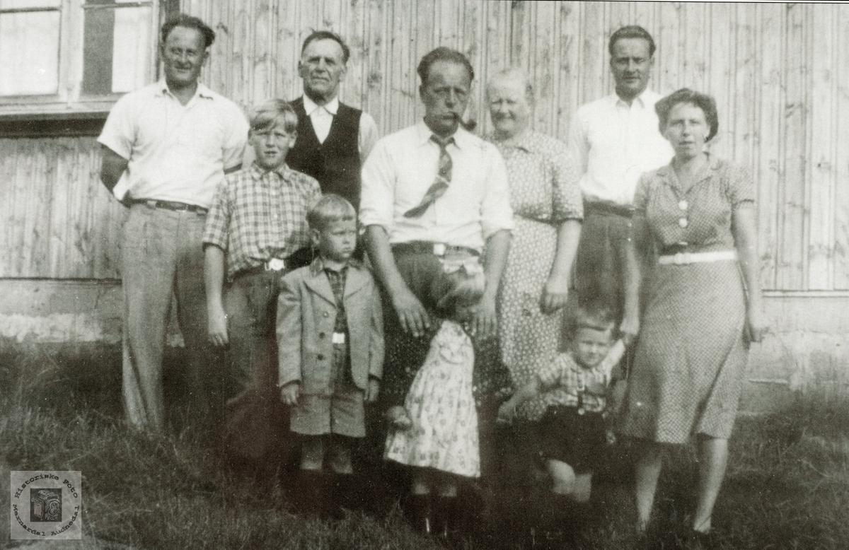"""Personer samlet """"Der Oppe"""" på Ytre Flottorp, Grindheim senere Audnedal."""