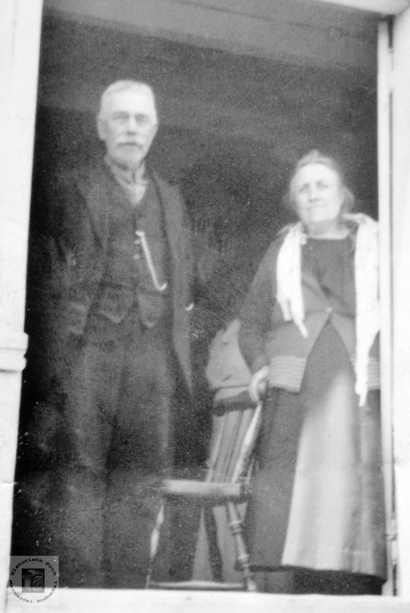 Ekteparet søren og Anna Håland i døra på Håland. Grindheim Audnedal.
