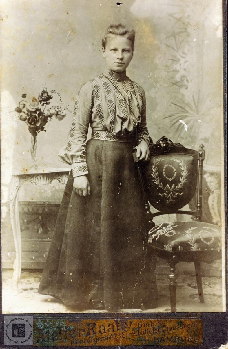 Portrett av ukjent ung dame trolig med tilknytning eller bekjentskap i Grindheim, Audnedal.