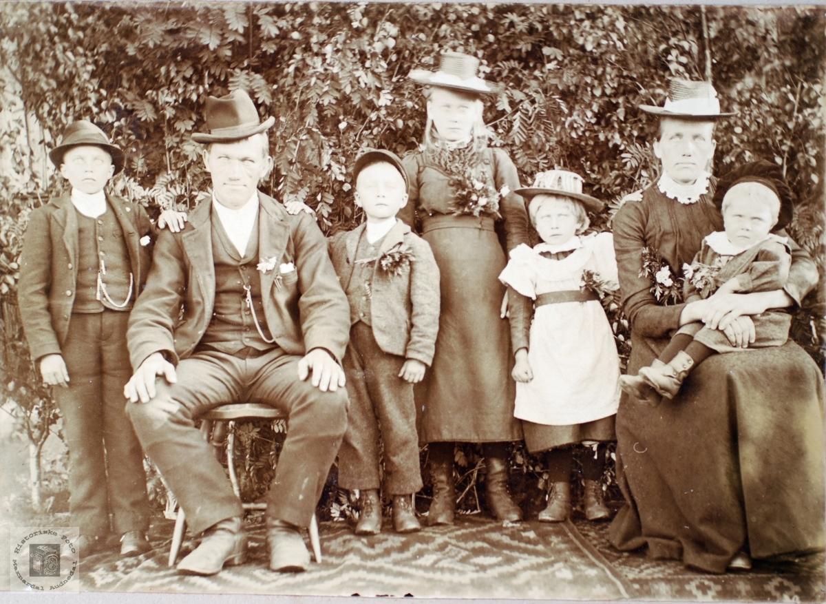 Famileiportrett av personer fra Konsmo området. Audnedal.
