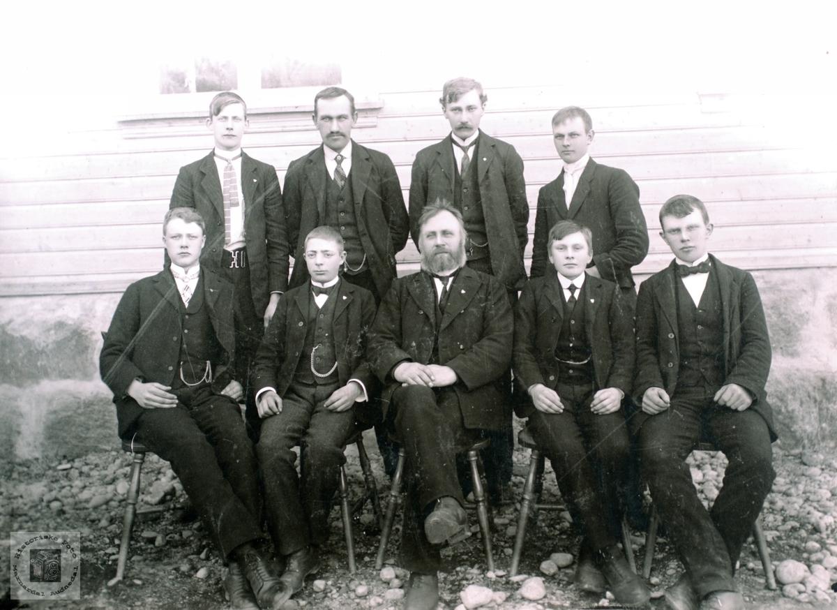 Portrett av gruppe på 9 menn trolig fra Konsmo området. Audnedal.