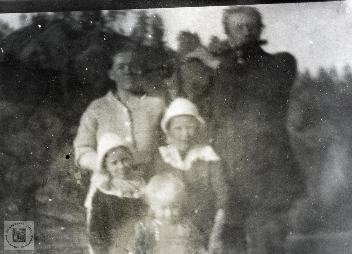 Bertine og Søren Håland med barna. Grindheim Audnedal.