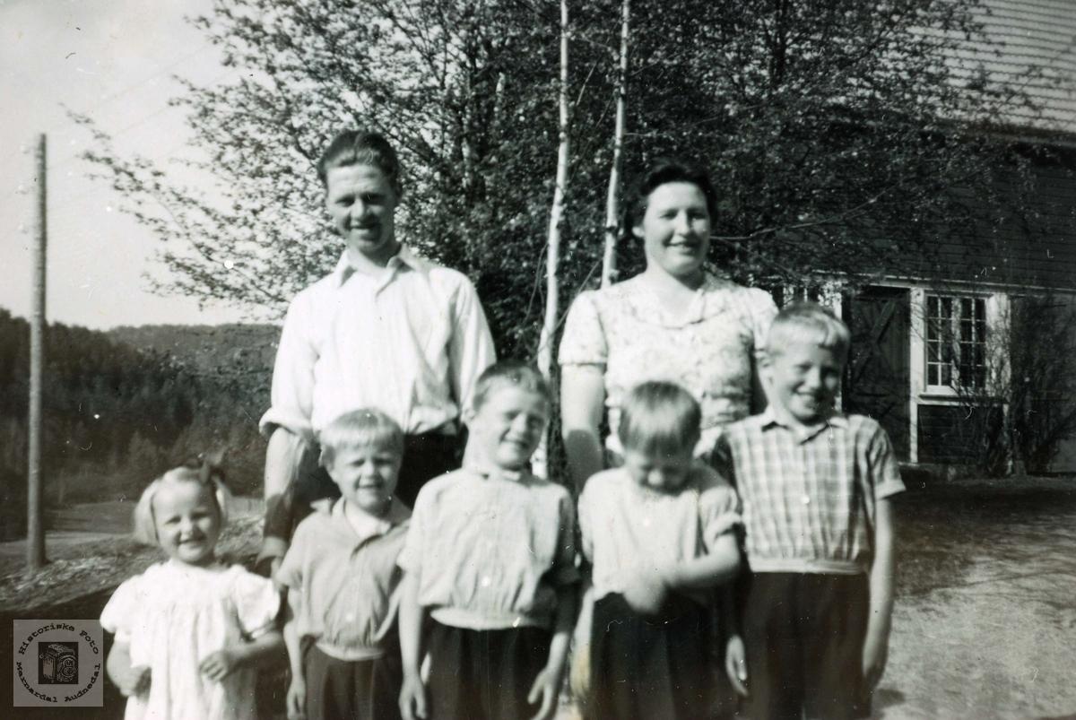 "Familien Tørner Jønnesen utenfor ""Doktorgården"" på Sveindal. Grindheim Audnedal."
