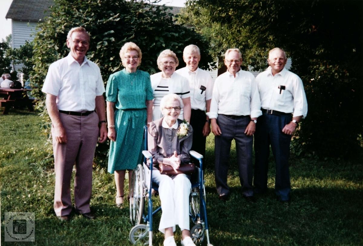 Gjeterjenta Anna Birkeland fra Konsmo, med barna og to tantebarn i USA.