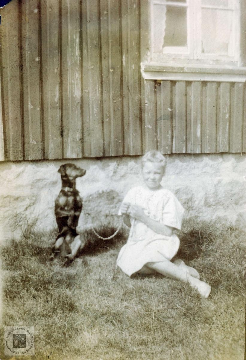 Jørgine flåt med hunden sin. Grinheim.